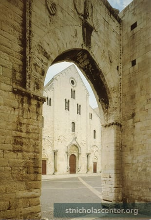 The Basilica seen across the piazza through the Angevin Arch